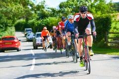 Велосипедисты участвуя в гонке на проселочных дорогах стоковое изображение