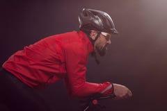 Велосипедист в красной куртке ехать велосипед Весьма концепция спорта Стоковые Изображения