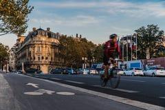 Велосипедист в улицах Парижа стоковые фотографии rf