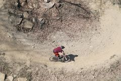 Велосипедист горы сверху стоковые изображения rf