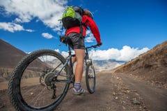 Велосипедист-девушка в горах Гималаев, зона Anapurna Стоковые Фото