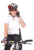 Велосипедист девушки говоря на телефоне Стоковые Изображения