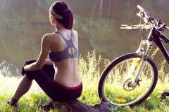 Велосипедист девушки около реки Стоковое Изображение RF