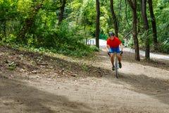 Велосипедист едет на велосипеде дороги, идя вверх холм Стоковое фото RF