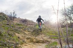 Велосипедист ехать горный велосипед, весьма спорт Стоковое Изображение RF