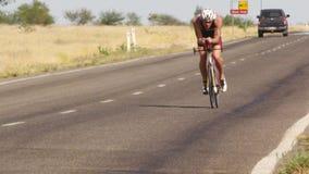 Велосипедист ехать его велосипед на дороге сток-видео