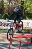 Велосипедист ехать электрическое MTB на следе Стоковые Изображения