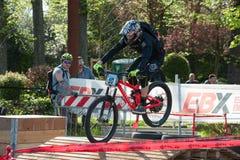 Велосипедист ехать электрическое MTB на следе Стоковое фото RF