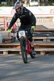 Велосипедист ехать электрическое MTB на следе Стоковое Изображение RF
