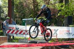 Велосипедист ехать электрическое MTB на следе Стоковые Фото