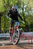 Велосипедист ехать электрическое MTB на следе Стоковое Фото