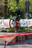 Велосипедист ехать электрическое MTB на следе Стоковые Изображения RF