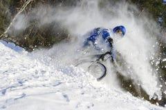 Велосипедист зимы в снеге Стоковое фото RF