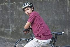 Велосипедист на велосипеде стоковая фотография