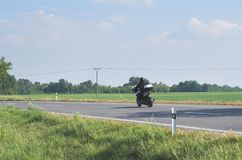 Велосипедист на дороге Стоковые Фото