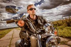 Велосипедист на мотоцикле стоковое фото rf
