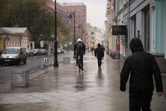 Велосипедист на улице стоковое изображение