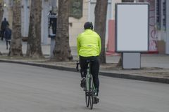 Велосипедист на участвуя в гонке велосипеде outdoors в городе Рекламирова стоковая фотография rf
