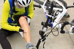 Велосипедист получая раненый пока падающ от горного велосипеда на дороге Стоковая Фотография
