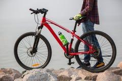 велосипедист с горным велосипедом на взморье Стоковая Фотография RF