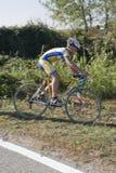 велосипедист с детенышей дороги Стоковое Изображение RF
