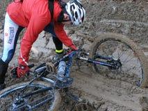 Велосипедист упал велосипед в грязи стоковая фотография rf