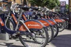 Велосипеды Борис состыкованные около станции метро зеленого цвета Bethenal в Лондоне, Великобритании стоковое фото