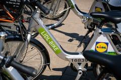 Велосипеды велосипеда Lidl для велосипеда ренты предлагая деля в городе Стоковые Фото