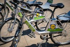 Велосипеды велосипеда Lidl для велосипеда ренты предлагая деля в городе Стоковая Фотография