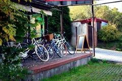 Велосипеды вне магазина Стоковые Изображения RF