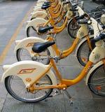 велосипеды дробят оплащенную стоянку автомобилей на участки Стоковые Фото