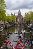 Велосипеды за мостом в канале Амстердама стоковая фотография