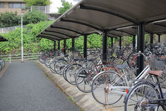 велосипеды которое на автостоянке велосипеда Стоковое Изображение