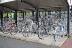 велосипеды которое на автостоянке велосипеда Стоковые Фото