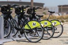 Велосипеды метро припаркованные в шкафах метро стоковые изображения rf