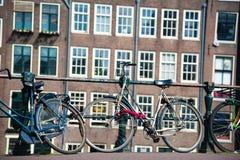 Велосипеды на мосте в Амстердаме, Нидерландах Стоковое Изображение RF