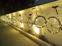 Велосипеды на стене стоковые изображения