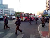 Велосипеды неопознанных людей ехать и идти около движения в смоге раннего утра стоковое фото rf