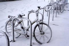 велосипеды покрыли снежок Стоковое Изображение RF