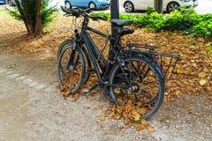 Велосипеды, прикованные для того чтобы защитить против похитителей, Мюнхена, Германии стоковое изображение