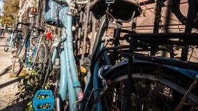 Велосипеды прикованные к загородке Нью-Йорка Стоковое Фото