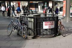 Велосипеды прикреплены для того чтобы обнести запрещенное место стоковое изображение