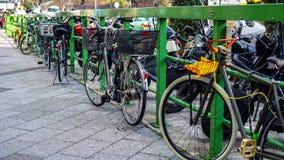 Велосипеды припаркованные на бортовой прогулке Стоковая Фотография