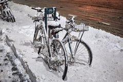 Велосипеды припаркованные на улице после сильного снегопада стоковая фотография rf