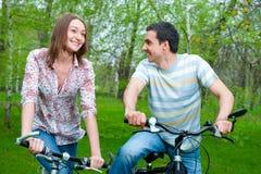 велосипеды соединяют счастливых детенышей riding стоковые фотографии rf