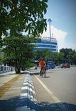 Велосипед велосипедиста его велосипед в Tugu Muda и Lawang Sewu Semarang центрально стоковое изображение rf