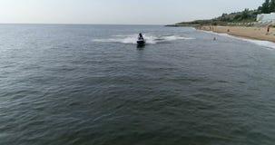 Велосипед воды вдоль пляжа сток-видео