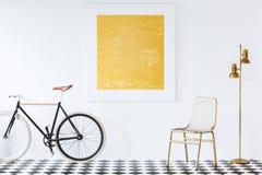 Велосипед в белой живущей комнате стоковое фото rf