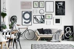 Велосипед в комнате стоковая фотография rf