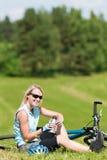 велосипед гора лужков девушки ослабляет спорт Стоковая Фотография RF